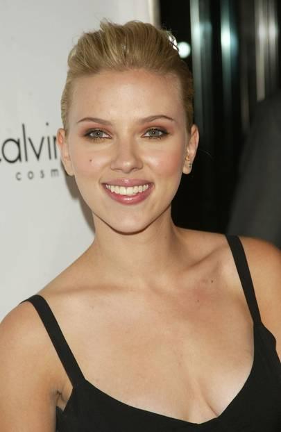 Scarlett Johansson trägt Lidschatten in Kupfer