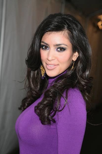 Kim Kardashian trägt smokey eyes und pink lips