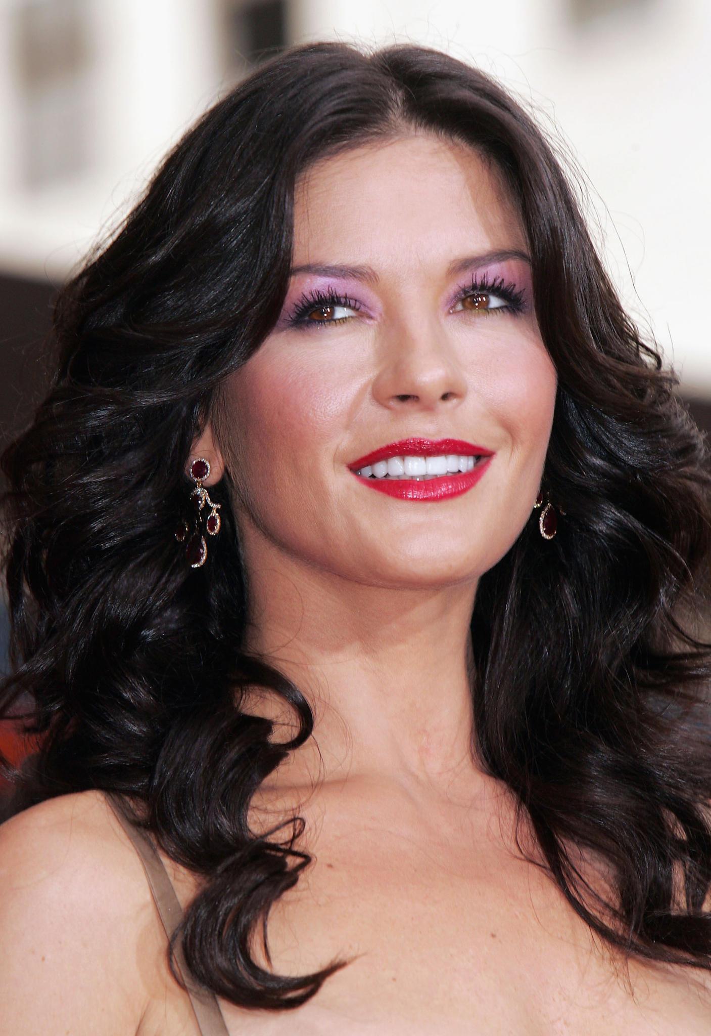 Catherine Zeta-Jones mit kristallfarbenen Lidschatten