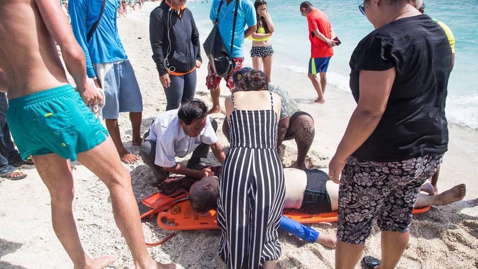 Strand-Unglück: Familie ertrinkt fast in Strömung