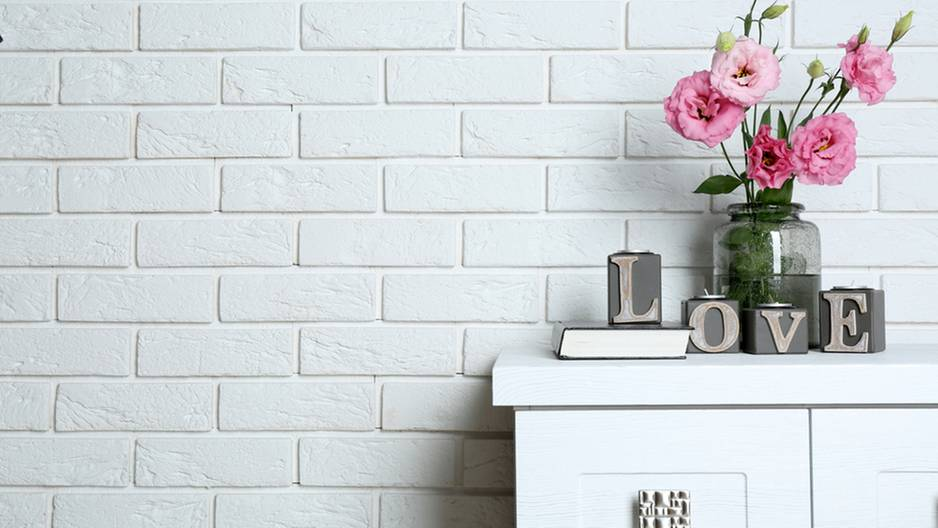DIY: Diese Deko-Wand in Backsteinoptik kostet dich nicht mal 10€