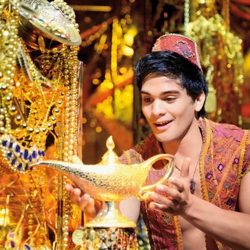 Zugegeben, ich liebes es shoppen zu gehen. Manchmal belohne ich mich aber nicht mit einem neuen Kleid oder neuen Schuhen, sondern mit einem einmaligen Erlebnis. Das Musical 'Aladdin' ist so ein besonderes Erlebnis.    Dank eines atemberaubenden Bühnenbildes und hochtalentierter Darsteller taucht man von der ersten Minute an in die Welt von 1001 Nacht ein. Aladdin und Jasmin ziehen einen sofort in ihren Bann, aber erst wenn Dschinni die Bühne betritt, gibt es im Publikum kein Halten mehr.    Für mich ist so ein Musical-Besuch übrigens auch immer eine perfekte Geschenk-Idee für all diejenigen, die ihren Lieben gerne mit Zeit eine Freude machen möchten. Und sooo lange ist Weihnachten ja auch nicht mehr hin ...    Das Musical wird im Stage Theater neue Flora in Hamburg aufgeführt. Hier gibt es Tickets schon ab 55 Euro.