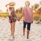 Händchenhalten: Paar am Strand