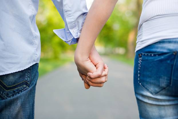 Händchenhalten: Paar hat Finger verkeilt