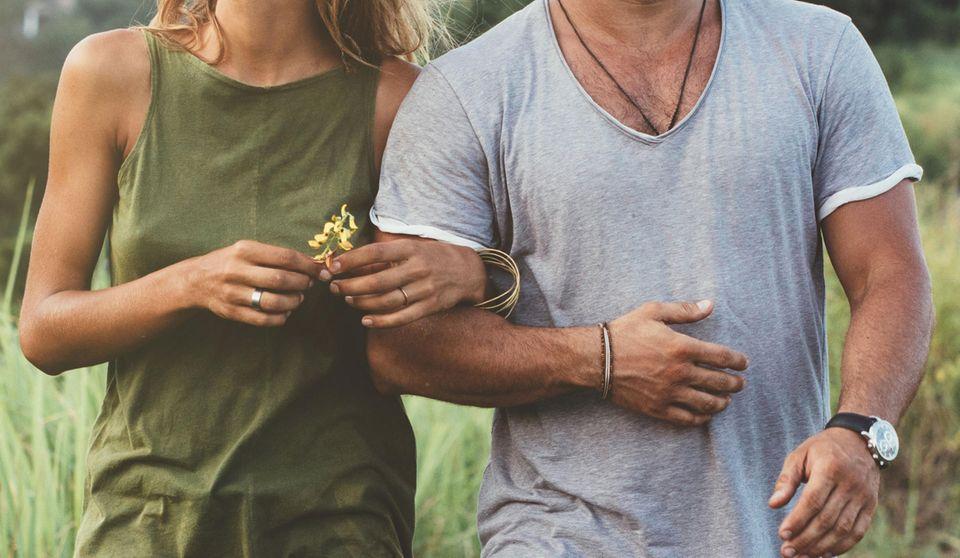 Händchenhalten: Sie hakt sich bei ihm ein