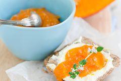 Kürbismarmelade auf dem Frühstücksbrot