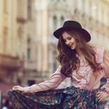 Frau tanzt in ihrem Outfit