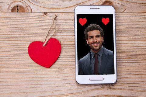 Badoo App: Elias M'Barek im Handy