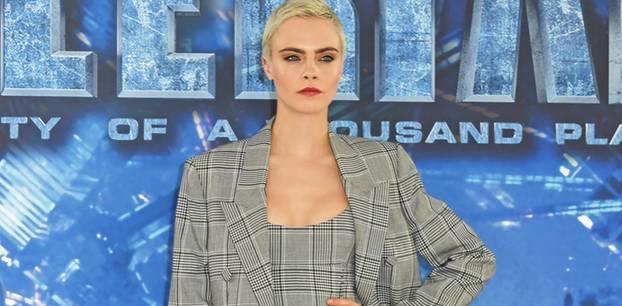 Cara Delevingne posiert im Anzug