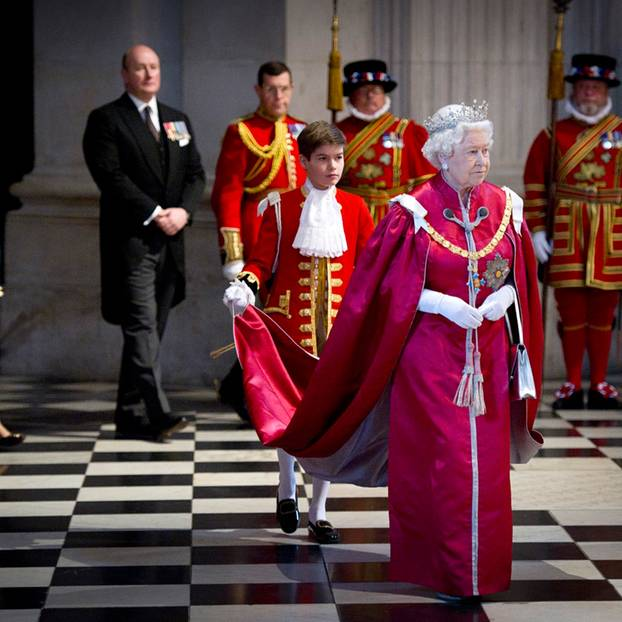 """Arthur Chatto 2012 als Page von Queen Elizabeth II., der er bei der Verleihung des """"Order of British Empire"""" die Schleppe trug."""