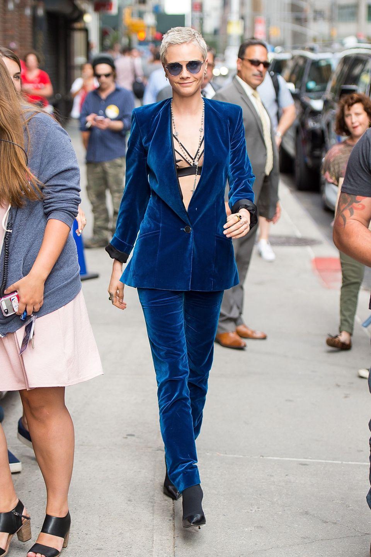Cara Delevingne in einem Samt-Anzug