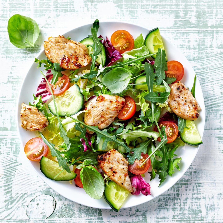 Salate zum Grillen: Frischer grüner Salat mit gebratenem Hähnchen