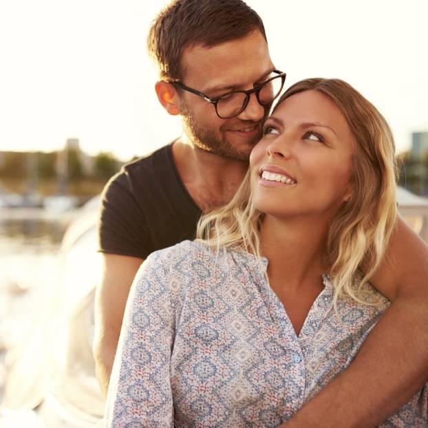 Warum man den Partner ändern muss: Paar umarmt sich