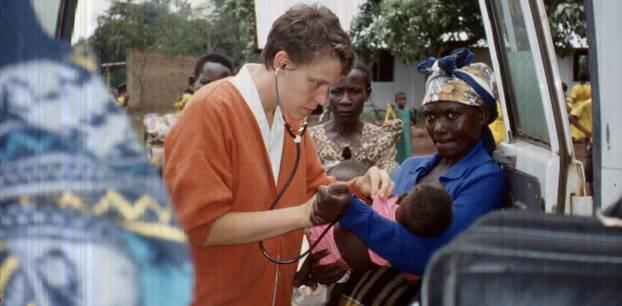 Damaris bei ihrem Aufenthalt in Uganda. Dort hat sie in einer Dorfgesundheitsstation gearbeitet.
