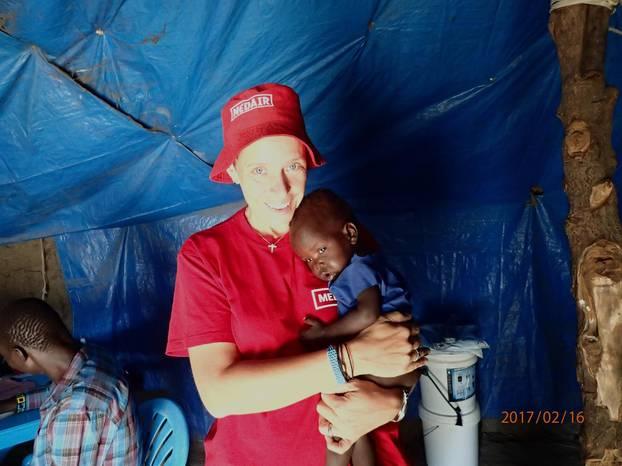 Damaris mit einem Schützling im Südsudan