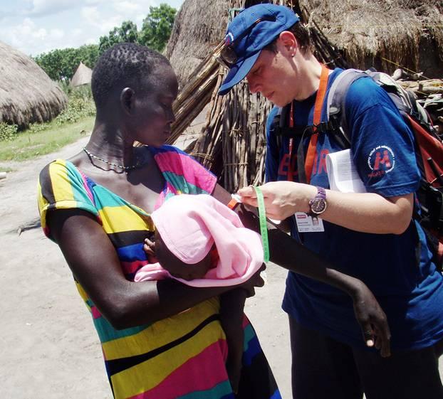 Beim Einsatz für Medair im Südsudan arbeitete Damaris in einer Ernährungsklinik. Hier misst sie mit einem Maßband am Oberarm der Frau, ob sie unterernährt ist.
