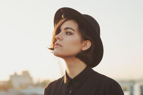 Dunkle Geheimnisse: Frau mit Hut