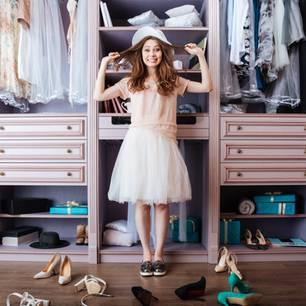 Welche Ordnung braucht mein Leben? Frau vor Kleiderschrank