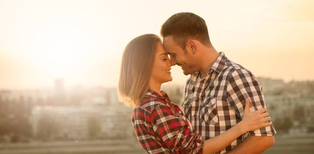 Ist er dabei, sich in dich zu verlieben: Paar kuschelt