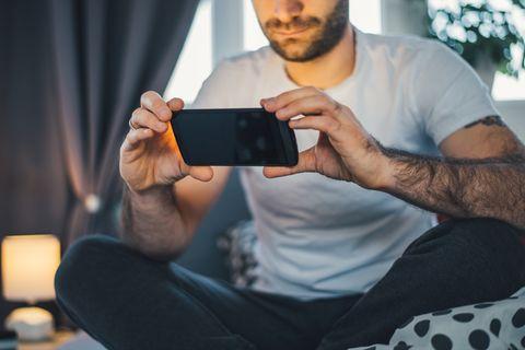 Vagina-Bilder: Mann mit Handy
