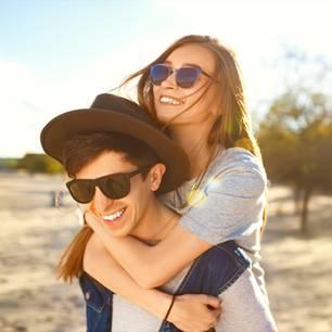 Wie glücklich bist du in der Beziehung: Paar am Strand