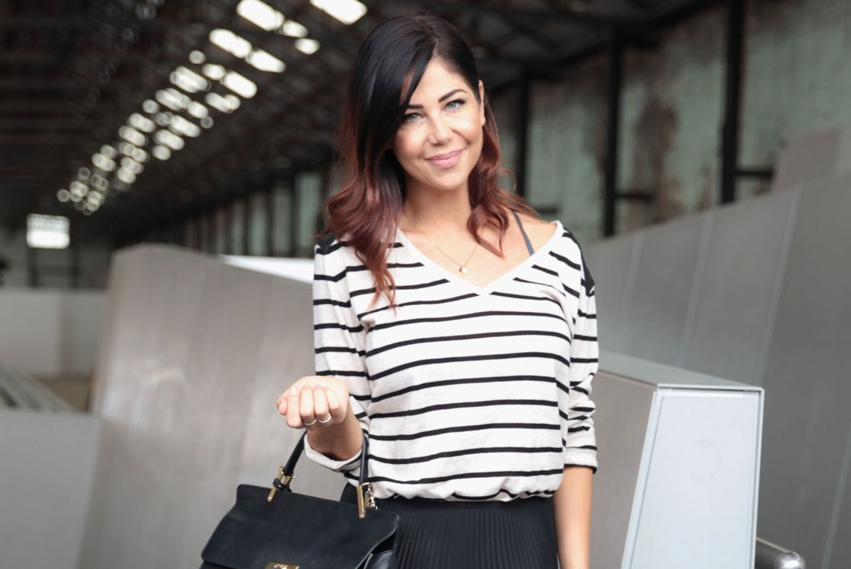 Frau trägt Ringelshirt