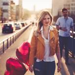 Zerstört mein Job die Beziehung?: Traurige Frau mit Herzluftballons