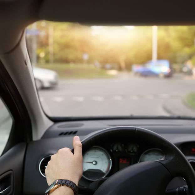 Im Kreisverkehr | Kleinkind fällt aus fahrendem Auto - schwer verletzt