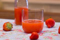 Frucht-Limes mit Erdbeeren