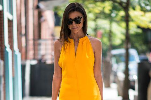 Frau mit Kleid in Knallgelb