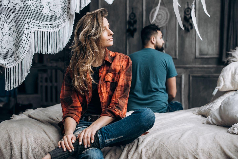 Ist mein Partner unglücklich: Paar auf Bett