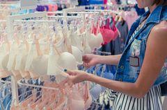 Frau kauft sich einen weißen BH