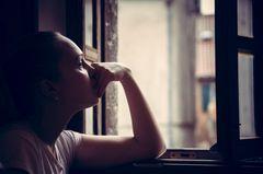 Paar verliert 5 Babys in 11 Monaten: Frau am Fenster