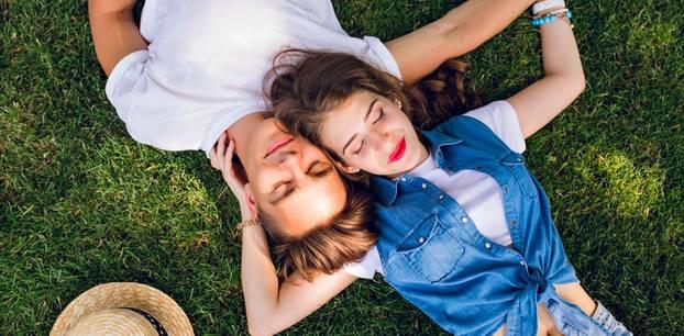 Steht ihr euch zu nahe: Paar auf Wiese