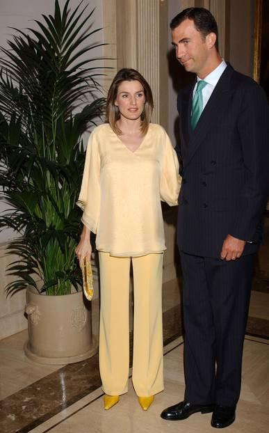 Letizia von Spanien schwanger in einem gelben Outfit