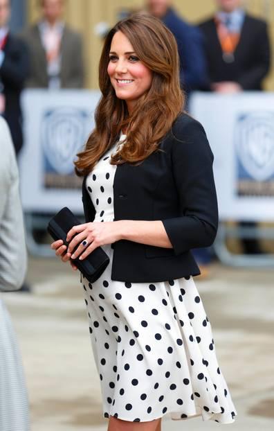 Herzogin Kate schwanger 2013 in einem gepunktetem Kleid