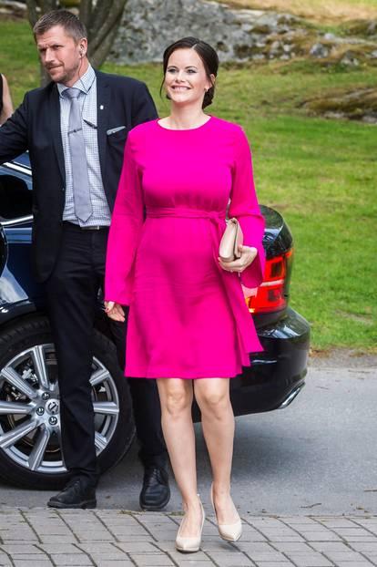 Prinzessin Sofia schwanger in einem auffälligen pinken Kleid
