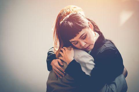 Beileidbskundungen: Frauen umarmen sich