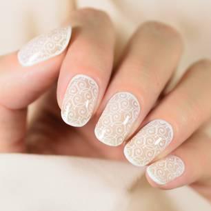 Frau mit künstlichen Fingernägeln