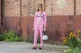 Bloggerin Veronika Heilbrunner trägt einen coolen pinken Zweiteiler