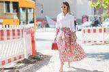 Bloggerin trägt Blumenrock auf Fashion Week in Copenhagen