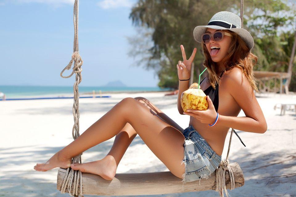Frau im Bikini am Strand
