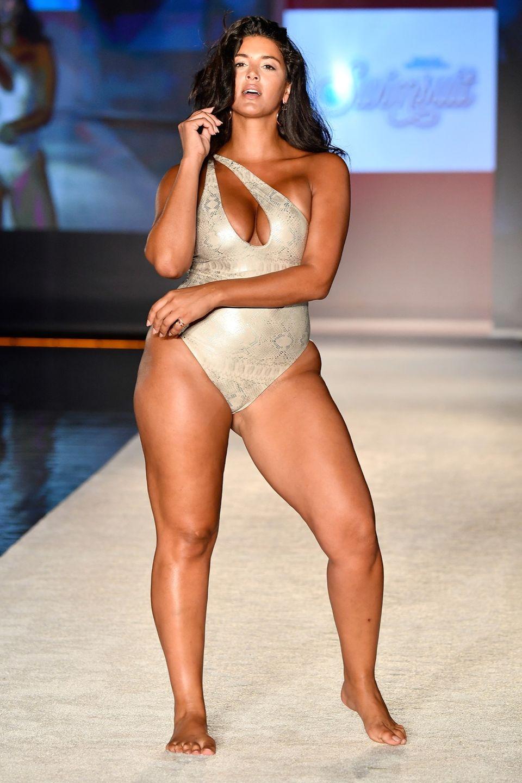 Plus Size-Model mit Badeanzug auf dem Laufsteg von Sports Illustrated