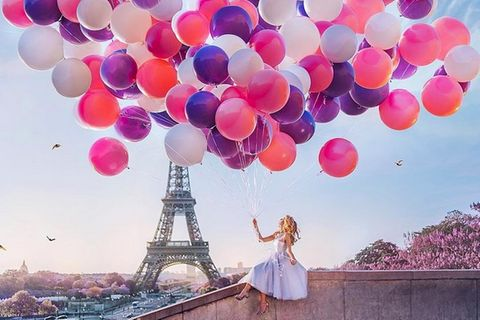 Frau mit Luftballons vor dem Eifelturm