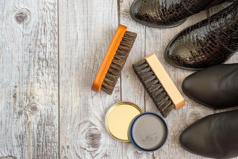 Stiefel pflegen mit Schuhbürste und Schucreme