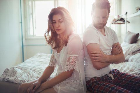 Kann mich mein Partner glücklich machen: Paar auf Bett