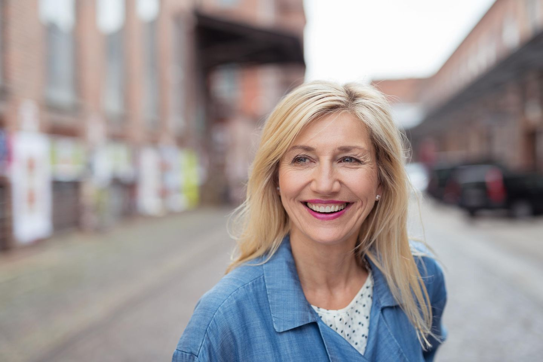 Midlife Crisis: Blonde Frau lacht