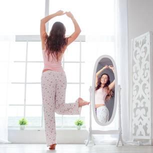 Respekt vor dem Körper haben: Frau vor Spiegel