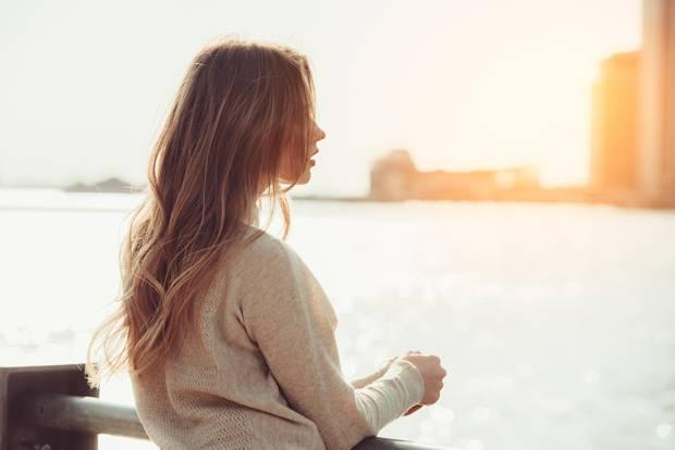 Intuition: Frau steht am Wasser