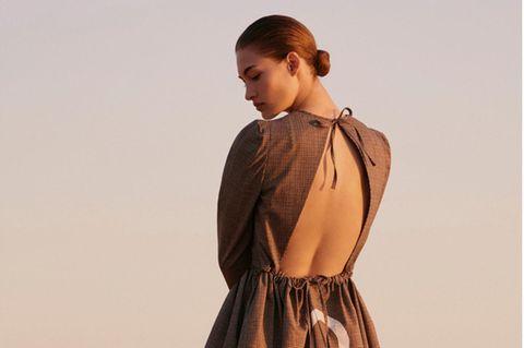 Frau in braunem rückenfreien Kleid